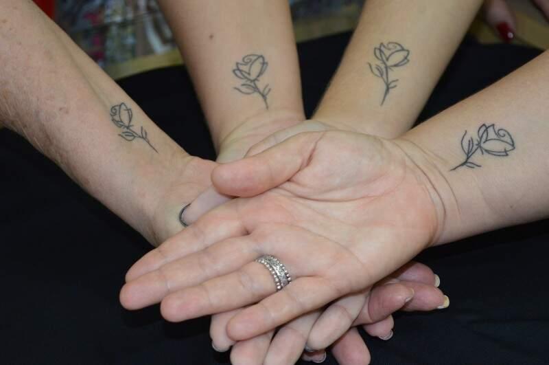 Três gerações que se encontram na rosa tatuada no braço, uma marca da luta das quatro mulheres da família.