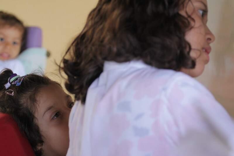 Os olhos de Mayara estão atentos à menina Stella. (Foto: André Bittar)