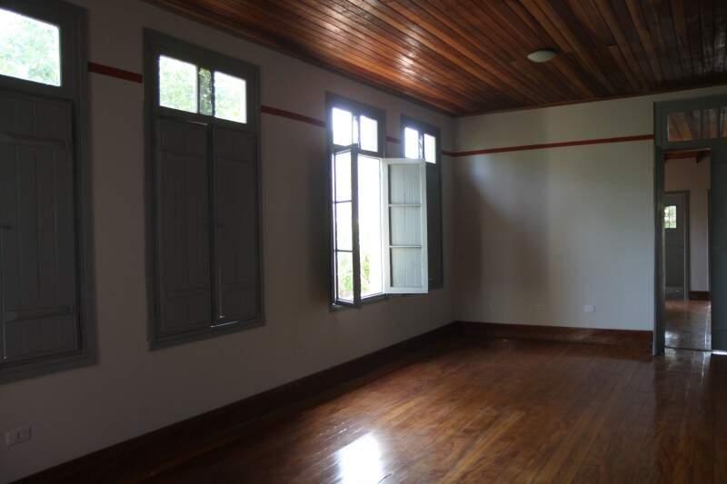 Teto e piso de madeira continuam originais.