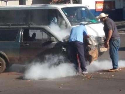 Motor de carro pega fogo após colisão na Avenida Mato Grosso