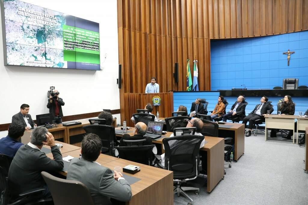 Autoridades acompanhamento estudos feitos por ambientalistas sobre o impacto das orbas na região. (Foto: Paulo Francis)