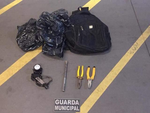 Ferramentas que eram utilizadas pelo suspeito nos furtos. (Foto: Divulgação)