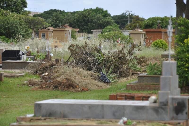 Entulhos fazem parte do cenário nos cemitérios públicos da Capital. (Foto: Marcelo Calazans)