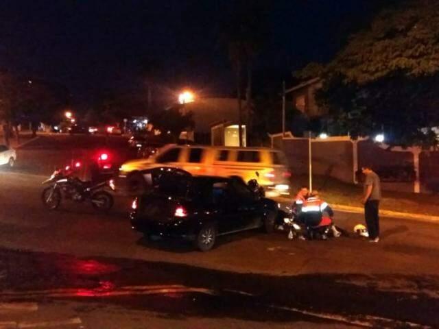 Militar dos bombeiros prestando primeiro atendimento antes da chegada da viatura. (Foto: Direto das Ruas)