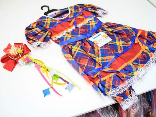 Tem tiaras e vestidos para crianças no Bazar São Gonçalo (Foto: Marina Pacheco)