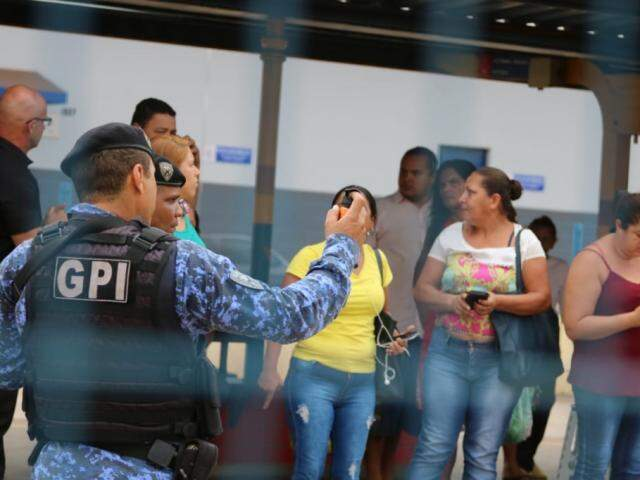 Guardas utilizaram spray de pimenta para dispersar diaristas que protestavam por atrasos de ônibus (Foto: Arquivo/Marcos Maluf)