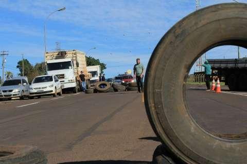 Protesto de caminhoneiros paralisa indústria e afeta aeroporto da Capital
