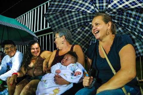 Chuva dá trégua e primeiro dia de desfile leva 2 mil à Praça do Papa