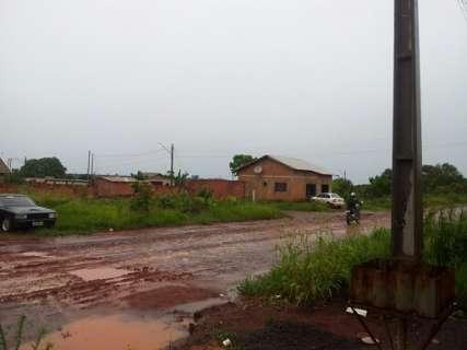 Moradores denunciam transtornos com lama e alagamento na Capital