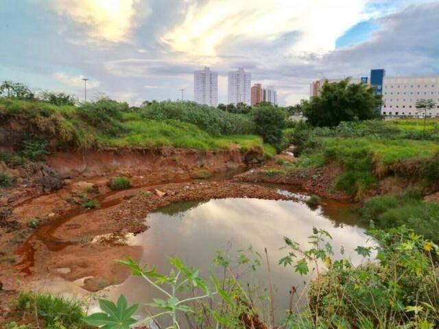 Área onde será construído o 'piscinão' da Mato Grosso para retenção de água das chuvas, com capacidade para 500 milhões de litros (Foto: Alcides Neto)