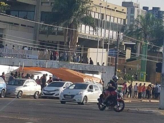 Frente do  Memorial da Cultura Apolônio de Carvalho lotada de eleitores (Foto: Direto das Ruas)