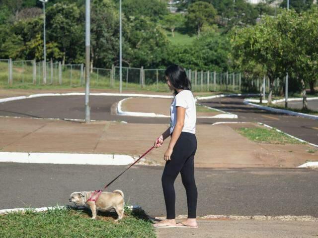 A dona levando o cachorro para dar um rolê no Parque Ecológico do Sóter. (Foto: Paulo Francis)