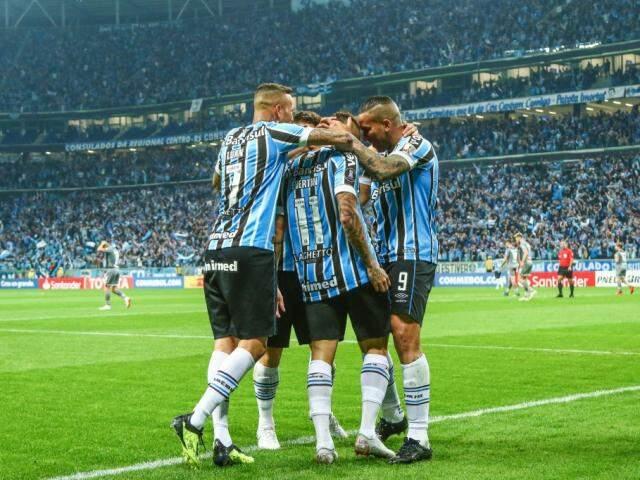 Jogadores comemorando a boa colocação do time na Libertadores. (Foto: GrêmioFC)
