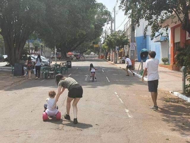 Sem carros, ação fecha avenida e leva lazer em momento de conscientização