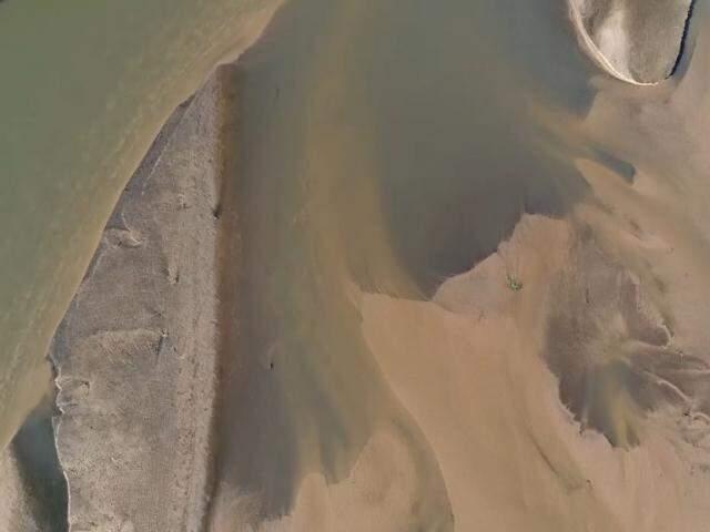 Taquari visto do alto, em trecho após Coxim e em direção ao Pantanal: bancos de areia são comuns no rio em processo de assoreamento. (Foto: Instituto Agwa/Reprodução)