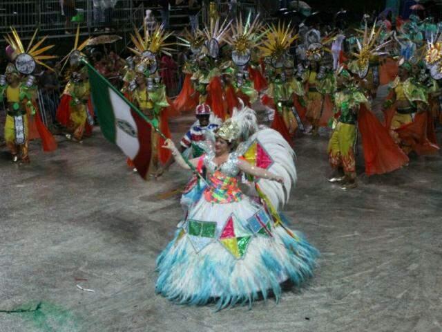 Desfile vencedor da Deixa Falar que homenageou o fotógrafo Roberto Higa (Foto/Arquivo: Saul Schramm)