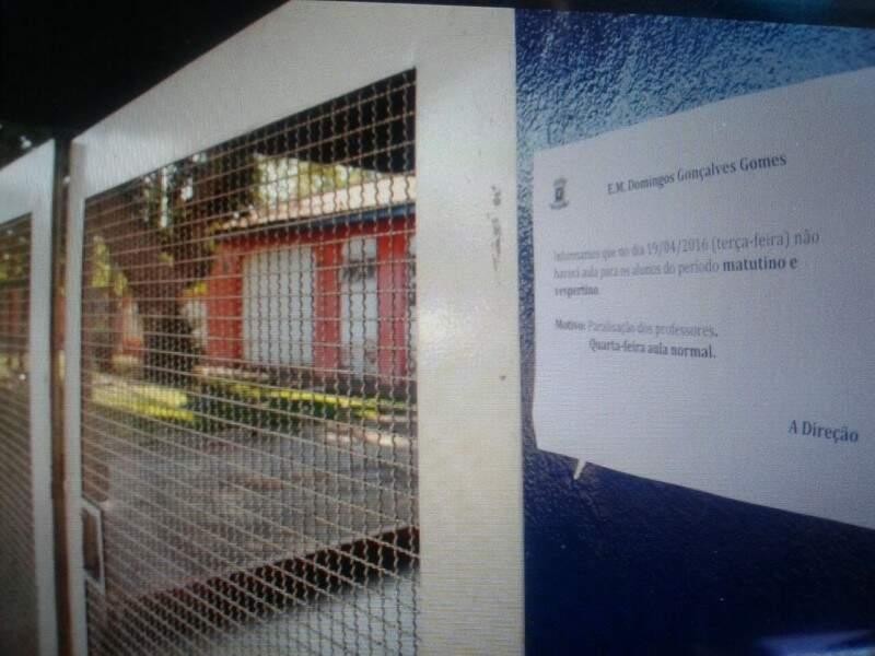 Na escola Domingos Gonçalves Gomes, comunicado no portão informa que hoje não haverá aulas.  (Foto: Marcos Ermínio)