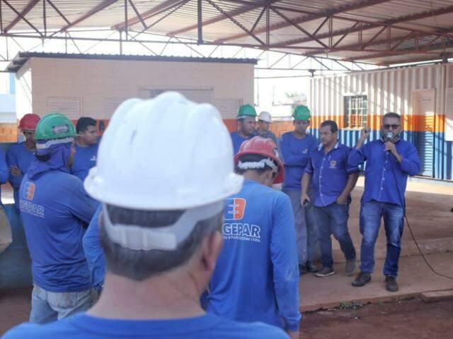 Trabalhadores paralisaram atividades para participar de reunião. (Foto: Paulo Francis)
