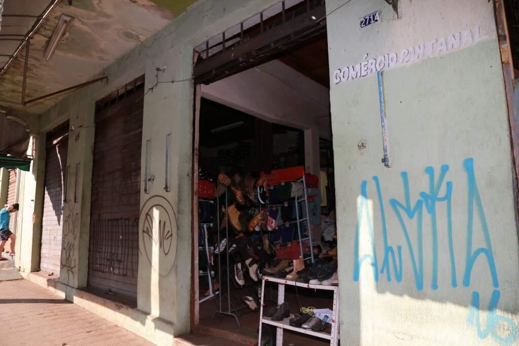 Com a fachada desbotada, dono deixa só umas das portas aberta. (Foto: Marcos Ermínio)