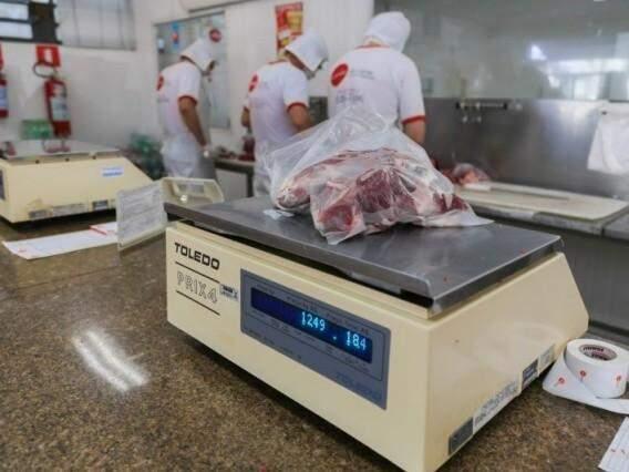 Funcionários trabalham no corte de carnes (Foto: Fernando Antunes/Arquivo)