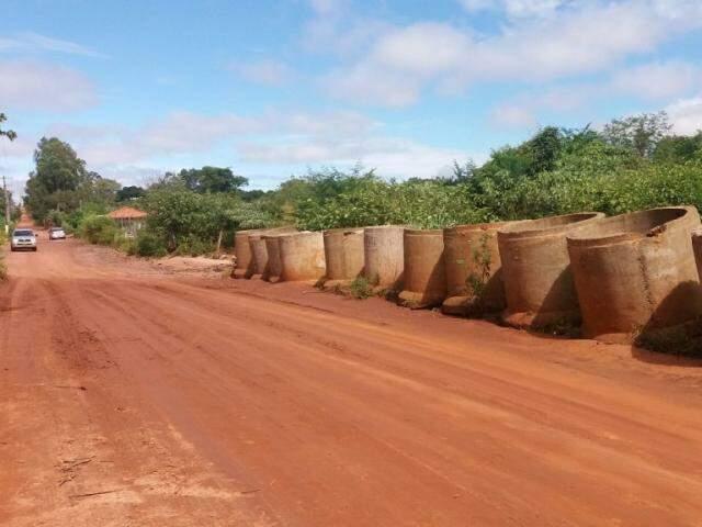 Manilhas na EW2 serão usadas para passagem de águas pluviais sob a estrada