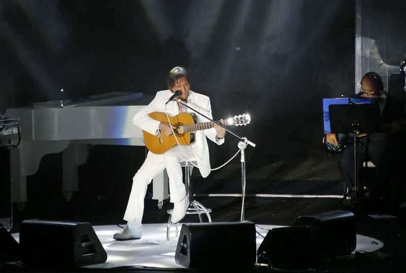 """Para cantar """"Emoções"""", Roberto Carlos tocou o violão"""