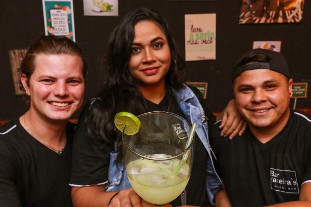 """Da esquerda para direita, Douglas, Elany segurando o """"Caipirocão"""" em uma taça de 1 litro, e Alex (Foto: Henrique Kawaminami)"""