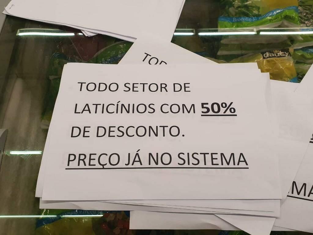 Cartazes  improvisados avisam de desconto para laticínios (Foto: Clayton Neves)