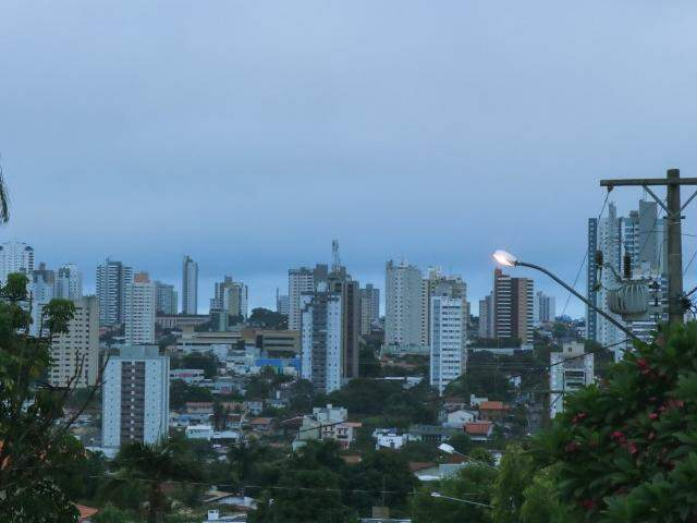 Céu amanheceu nublado em Campo Grande nesta quarta-feira. (Foto: Henrique Kawaminani)