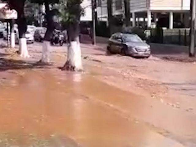 Rua Chaadi Scaff, em frente a Praça Itanhangá, alagada (Foto: Direto das Ruas)