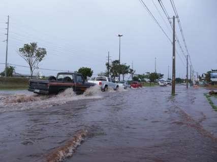 Chuva rápida é suficiente para provocar alagamento na Cônsul Assaf Trad