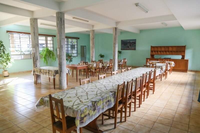 Tudo muito organizado, o refeitório serve café, almoço e janta para as moradoras. (Fotos: Fernando Antunes)