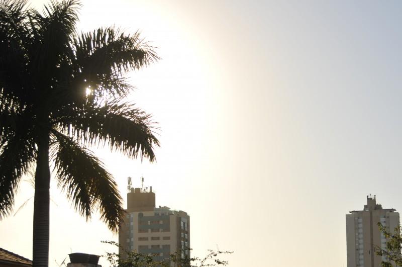 Em Campo Grande, o dia amanheceu com mínima de 18ºC e névoa seca. À tarde, a máxima chega a 31ºC e a umidade relativa do ar fica em 30%. (Foto: Alcides Neto)
