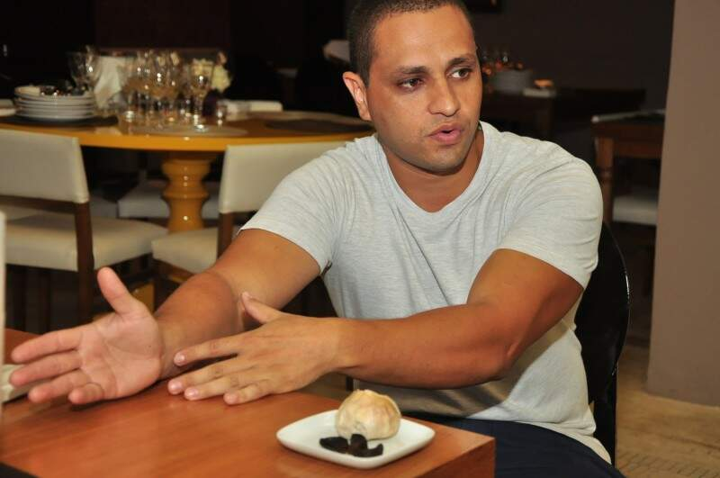 Marcílio dá a dica: alho negro vai bem tanto com entradas quanto com pratos principais  (Foto: João Garrigó)