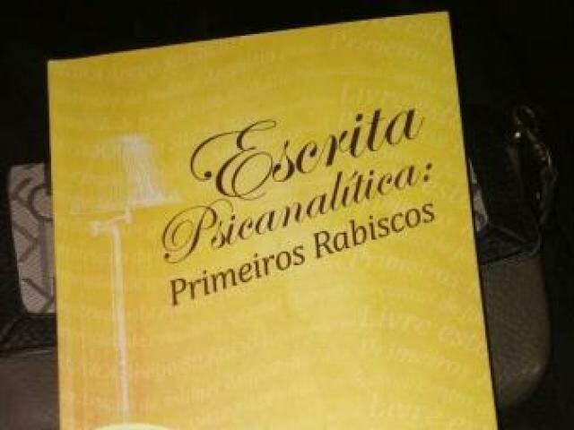 Livro reúne textos de vários profissionais em Campo Grande (Foto: Divulgação)