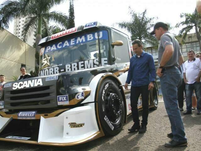Prefeito Marquinhos Trad e o piloto Wellington Sirino na frente da prefeitura durante lançamento oficial da Copa Truck (Foto: Saul Schramm)