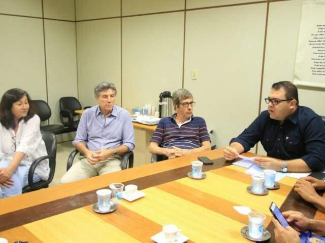 Délia Razuk, Murilo, secretário de Governo da prefeitura e Alan Guedes em reunião hoje na Câmara (Foto: Divulgação)