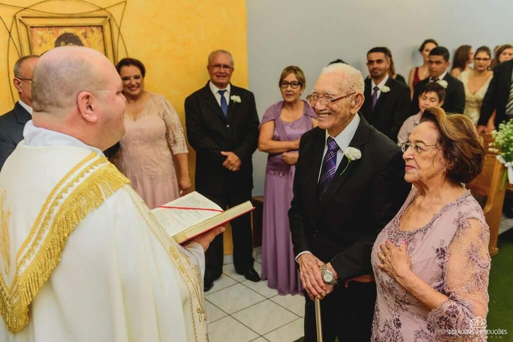 Maria Mathias e seu Francisco recebendo a benção. (Foto: Miragens Produções)