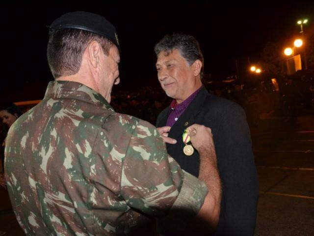 Léo Veras recebendo a comenda. (Foto: Divulgação)