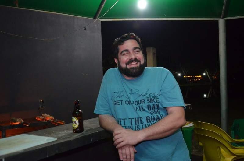 É pesqueiro, mas o grupo de Lino faz questão de fazer um churrasquinho durante a noite (Foto: Vanessa Tamires)