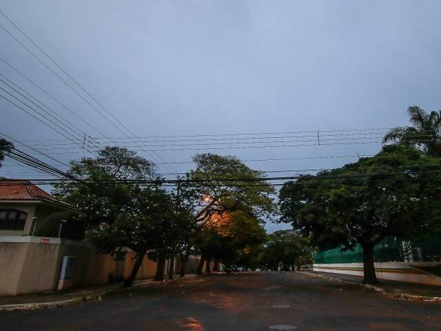 Dia amanhece chuviscando em Campo Grande, e mínima de 21ºC. (Foto: André Bittar)
