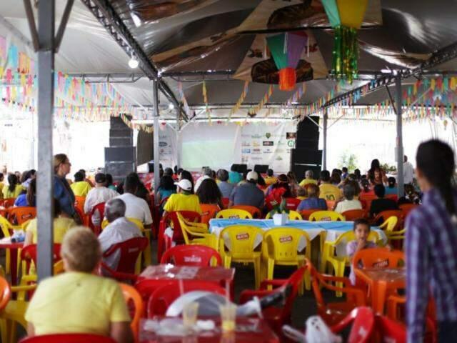 Igreja Perpétuo Socorro disponibilizou telão para torcedores. (Foto: Fernando Antunes)