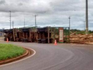 Caminhão carregado com madeira tomba às margens de rodovia (Foto: Direto das Ruas)