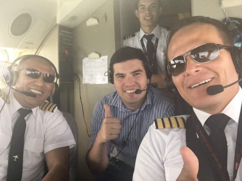 O aquidauanense Lucas (no centro) no voo da Lamia que levou a Chapecoense para Barranquilla, em outubro (Foto: Arquivo da família)