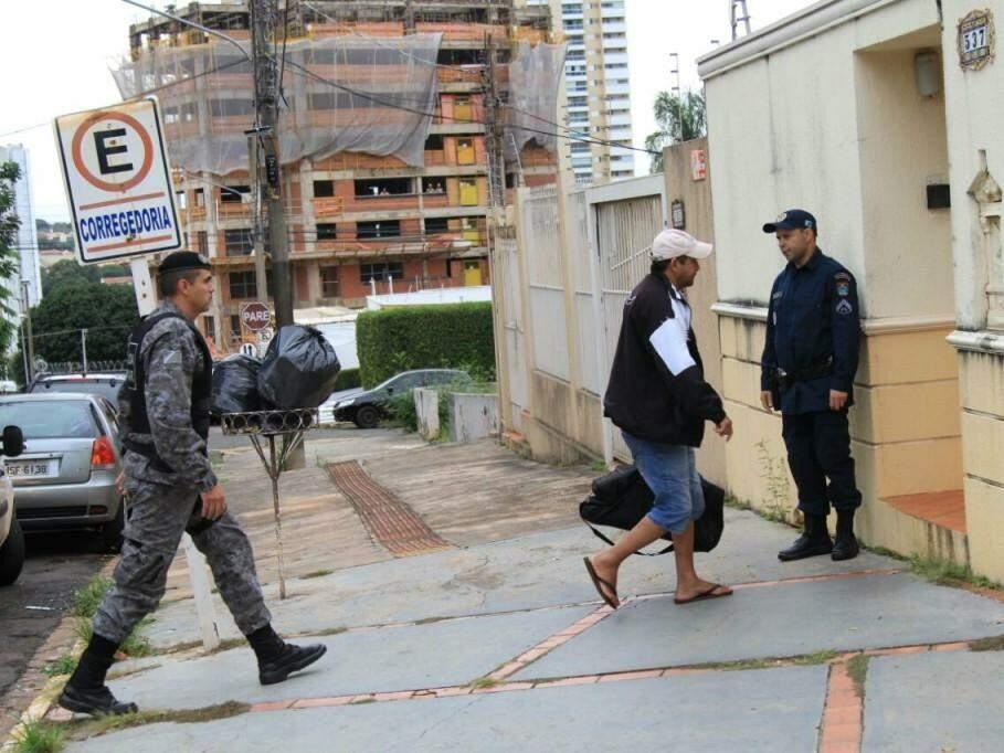 Policial preso chegando a sede da Corregedoria (Foto: Marina Pacheco)