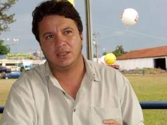 Ulysses Serra Neto segura o bastão da MS Record