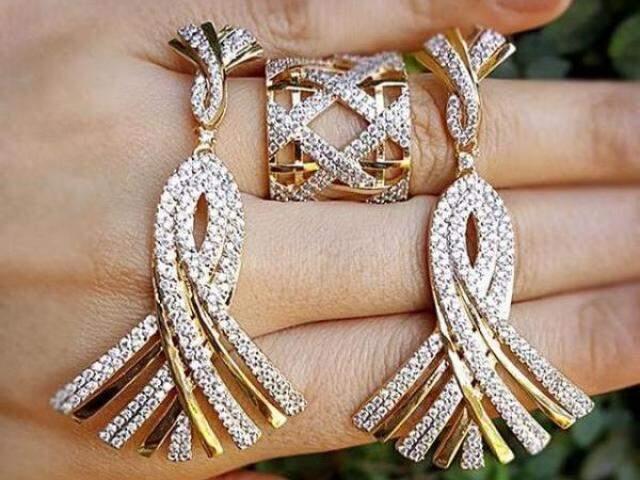 Conjunto de brincos e anel, também vendidos separadamente.