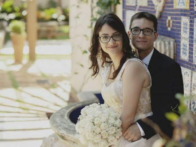 Dhara e Antoine: Por trás dos óculos, olhares apaixonados que carregam a cumplicidade e a vontade de amar. (Foto: Charles Requena)