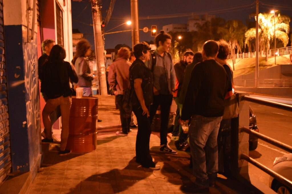Rolê vem acontecendo desde quarta-feira no Resista Bar prevendo como grande atração o cochicho do público. (Foto: Thaís Pimenta)
