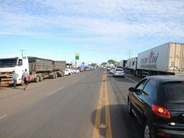 """Caminhoneiros protestam pelo terceiro dia consecutivo e """"travam"""" rodovias de MS (Foto: Paulo Francis)"""